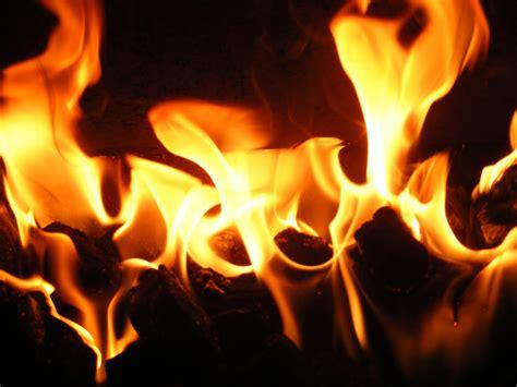 fiamma camino immagini caldo arancia fiamma camino oscurit 224
