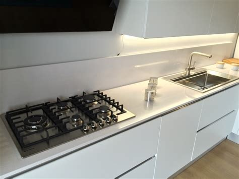 top cucina quarzo bianco cucina artigianale moderna con penisola laccata bianco