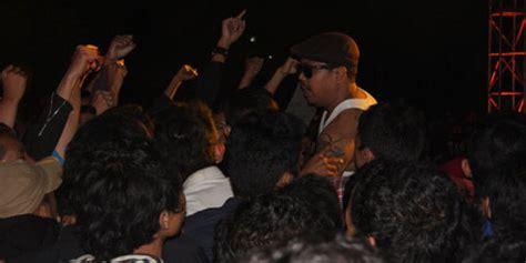 Kaos Band Isyana Sarasvati cadasnya radio road show di malang kapanlagi