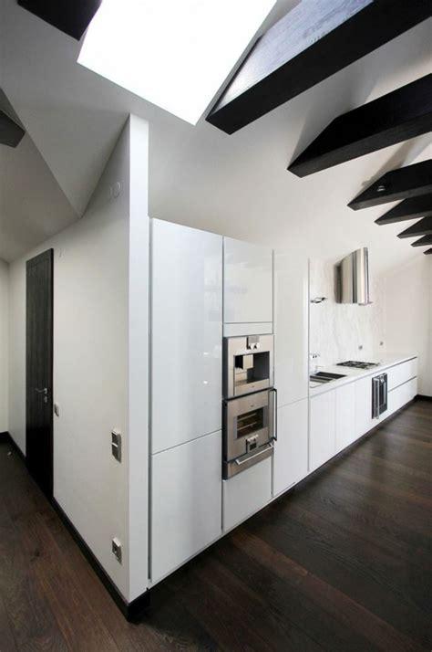 s駱aration vitr馥 entre cuisine et salon appartement moderne am 233 nag 233 dans les combles d un immeuble