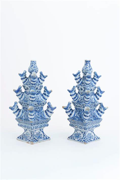 floreros kaiser delft pair of blue and white pyramidal flower vases the
