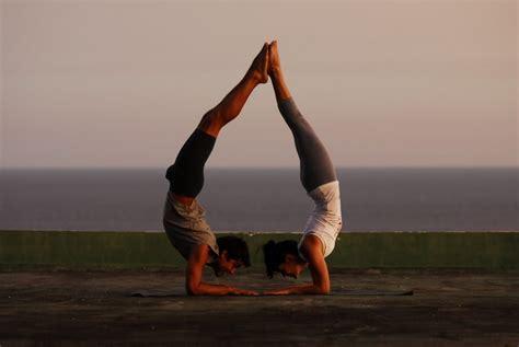 imagenes de yoga para una sola persona posturas de equilibrio aprende a dominarlas relajemos com