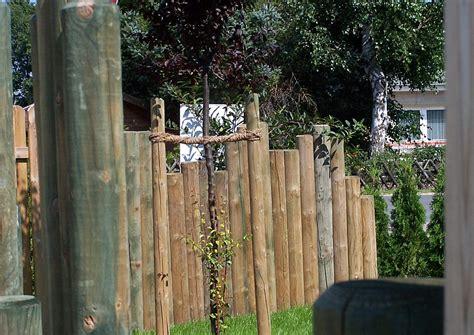 sichtschutz garten langlebig holzpalisaden notfalls begr 252 nen palisadenwand bepflanzen