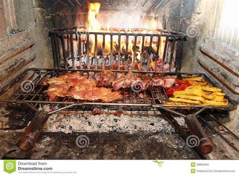camino per cucinare fuoco nel camino per cucinare carne e le verdure