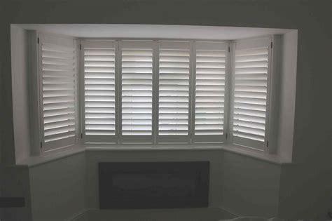 white wooden blinds bay window   kapan.date