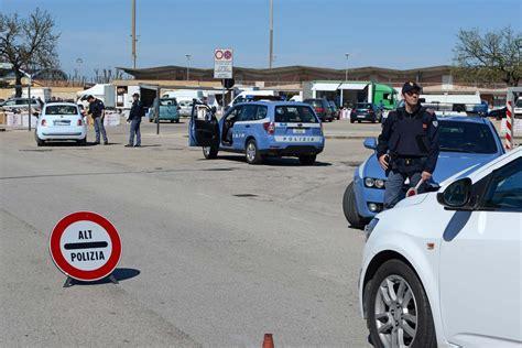 ministero interno polizia stradale posto di blocco antiterrorismo blindata via aldo moro