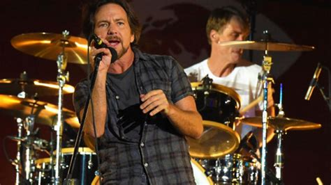 comfortably numb eddie vedder pearl jam covered pink floyd s comfortably numb in a