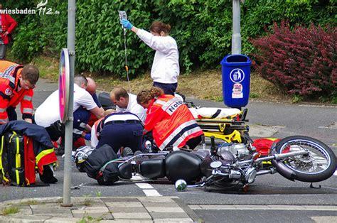 Motorrad Shop Wiesbaden by Motorrad Auto Erfasst Zwei Schwerverletzte