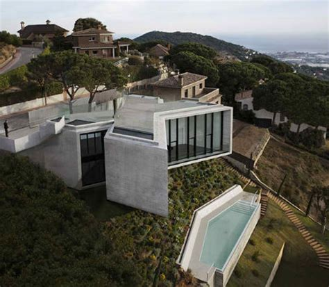 hill side houses x shaped house hangs over hillside in barcelona