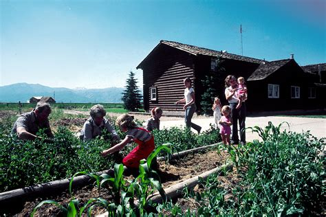family gardening file family gardening jpg wikimedia commons