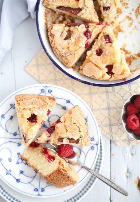 kuchen mit gehackten mandeln leckerer himbeer rhabarber kuchen zucker zimt und liebe