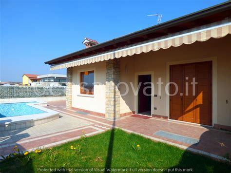 immagini di ville con giardino ville con portico in legno trendy foto in vendita a