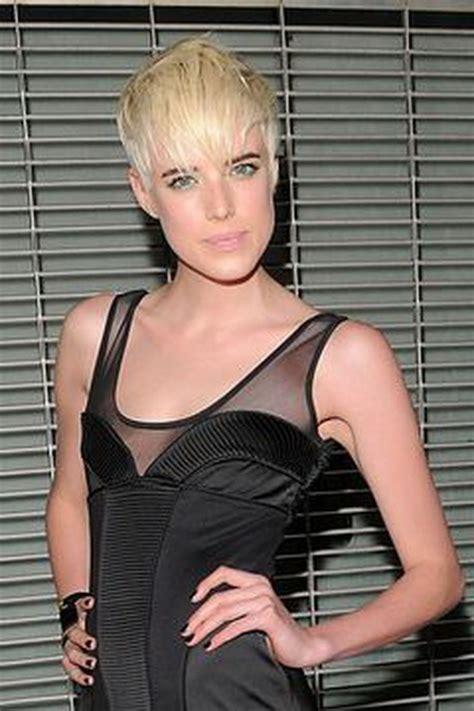 kurze blonde haare frau
