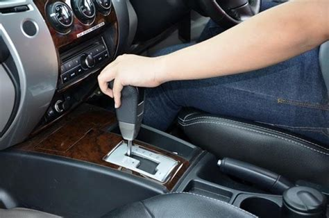 tutorial cara mengendarai mobil matic 5 tips mengendarai mobil matic secara aman dan nyaman