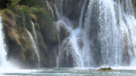 imagenes relajantes con agua 8778 cascadas de agua caen entre las rocas raw