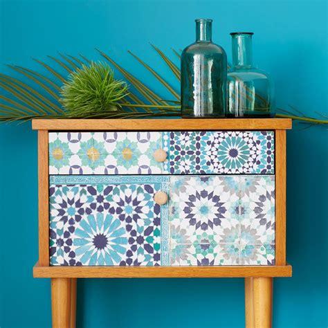 relooker cuisine en bois 218 relooking d un meuble d appoint avec du papier peint