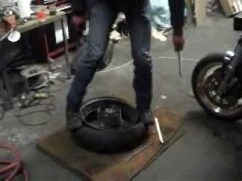 Motorrad Reifen Schlauch Wechseln by Enduro Reifen Und Schlauch Wechsel An Einer Ktm 690 Felge