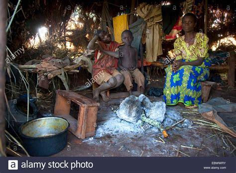 hutte primitive verwitwete mutter mitglied der batwa minderheit pygm 228 en