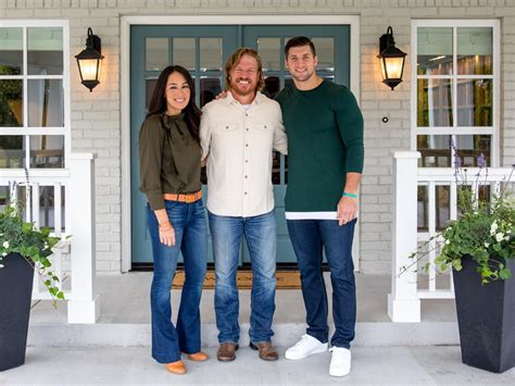 fixer upper bringing in laura bush and tim tebow tv com chip jo and tim tebow team up for one extraordinary