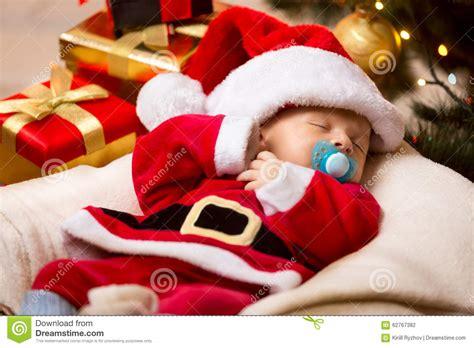 imagenes de bebes santa claus beb 233 reci 233 n nacido que duerme en el traje blanco y rojo de