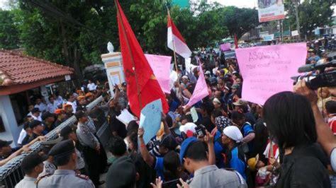 dari kung ahmad rifai laris berjualan ratusan pedagang asongan di purwokerto protes pt kai