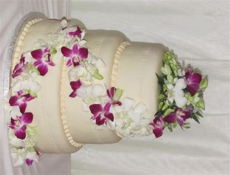 Fresh Flower Wedding Cake by 3 Tier Ivory Fondant Wedding Cake With Fresh Flowers