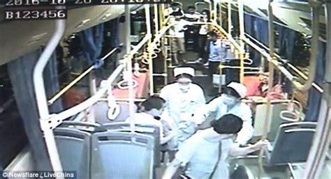 Kaos Kekinian Pria Lelaki Dilahirkan November wanita melahirkan di dalam sambil berdiri penumpang