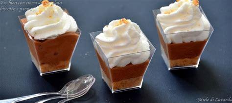 bicchieri di cioccolato bicchieri con crema di cioccolato e biscotto