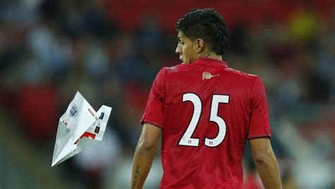 imagenes interesantes de futbol v 237 deo un avi 243 n de papel impacta contra un jugador en un