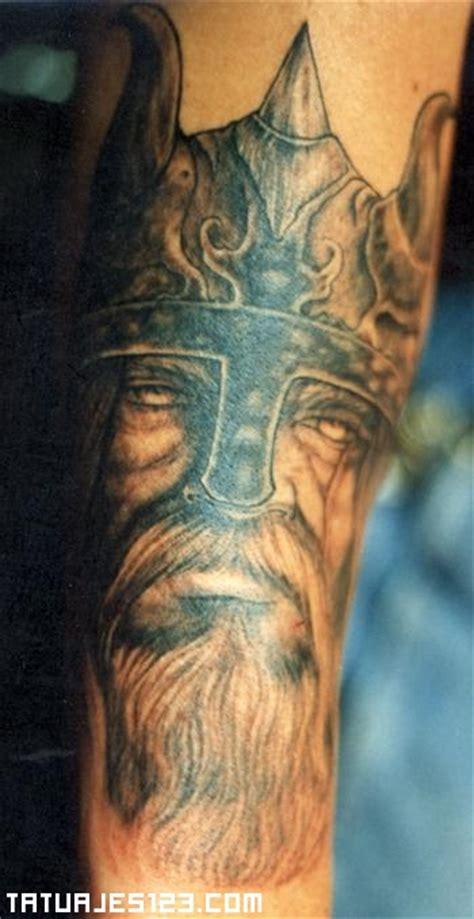 imagenes de tatuajes de vikingos tatuaje de un rostro vikingo tatuajes 123