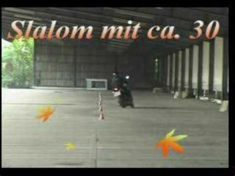 Motorrad Grundfahraufgaben Videos by Langer Slalom Motorradf 252 Hrerschein Grundfahraufgabe Video