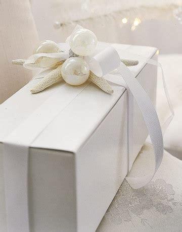 gift box wrapping arbol de navidad dorado en salon vintage decorahoy