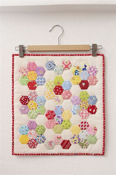 hexagon flower pattern quilt hexagon flower doll quilt by ellis higgs epp hexagon 1