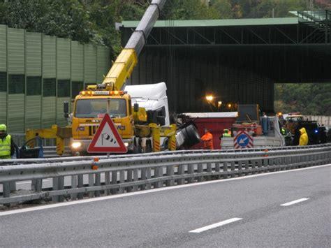 incidente autostrada dei fiori autostrada dei fiori si ribalta autotreno 8 veicoli