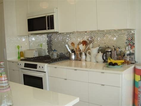 How To Install A Glass Tile Backsplash In The Kitchen by K 252 Chenr 252 Ckwand Ideen Ein Spiegel Effekt Mit Vielen