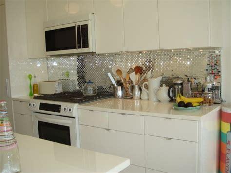 How To Install Glass Tiles On Kitchen Backsplash by K 252 Chenr 252 Ckwand Ideen Ein Spiegel Effekt Mit Vielen