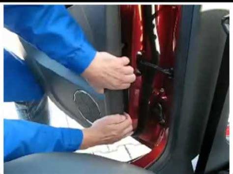 desmontaje del panel interior de la puerta trasera en el