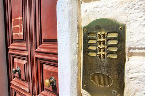 venditori porta a porta agrigento lancia un vaso di terracotta contro i venditori