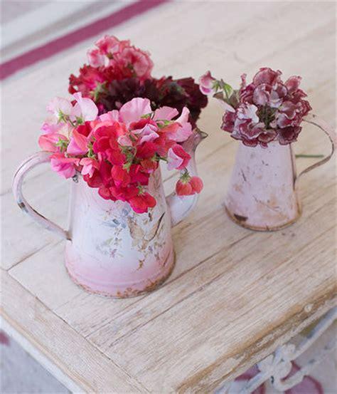 fiori shabby chic come arredare una casa in stile shabby chic donna moderna