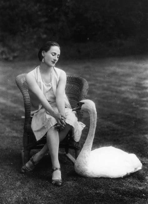 Anna Pavlova And Her Pet Swan Jack (1927) - Flashbak