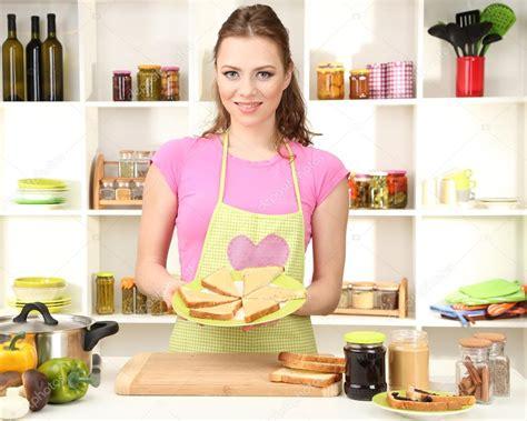 cuisine de femme femme cuisine dans cuisine photographie belchonock
