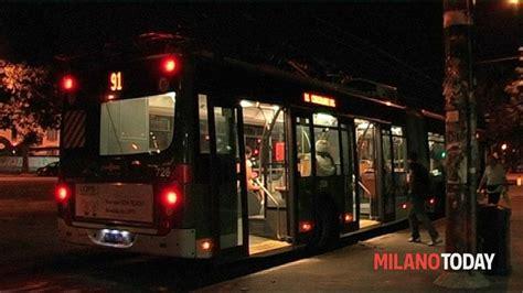 autobus per porte di catania aprono la porta in corsa e cadono in strada due