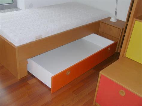 etagen kinderbett buntes kinderzimmer mit 2 schlafpl 228 tzen auf 2 etagen