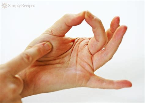 how to finger the finger test to check the doneness of meat