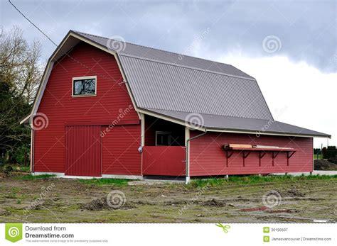 grange de ferme avec les murs rouges photographie stock