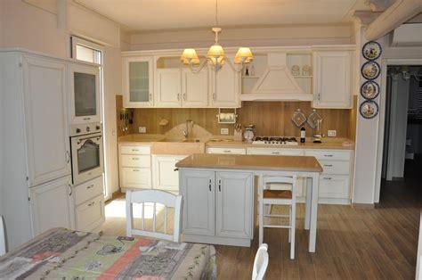 cucine rustiche in muratura e legno cucina in legno laccato con isola fadini mobili cerea verona