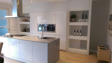 ombouw keuken keuken eiland hoogglans wit met grijs dun
