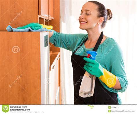 Nettoyage De Femme Au Bureau Photo Stock Image 63794774 De Nettoyage Bureau