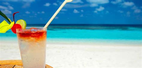 cocktail drinks on the beach 5 beach drinks to quench your thirst during spring break