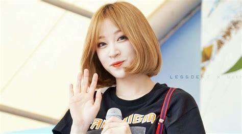 Kaos Exid Korea Kpop pakai bunga mungil di telinga hani exid berkaos